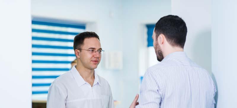 barbat discuta cu doctorul